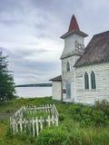 Iglesia de madera abandonada con el pequeño cementerio imagen de archivo libre de regalías