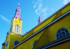 Iglesia de madera amarilla en Castro fotografía de archivo libre de regalías