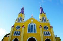 Iglesia de madera amarilla en Castro fotos de archivo