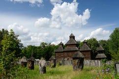 Iglesia de madera de la resurrección con el colmenar de Poltavshina, Ucrania Imagen de archivo