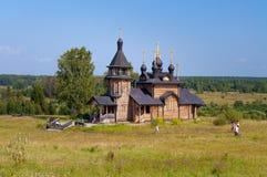 Iglesia de madera de todos los santos de Siberia en el río de Tura Foto de archivo