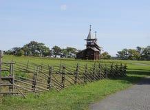 Iglesia de madera del paisaje rural en el campo Imagen de archivo libre de regalías
