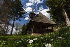 Iglesia de madera del pueblo de Calinesti, Maramures Imagen de archivo