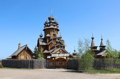 Iglesia de madera en el campo ruso Foto de archivo