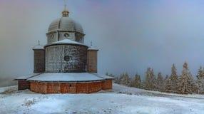 Iglesia de madera en invierno Imágenes de archivo libres de regalías