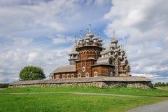 Iglesia de madera en Kizhi bajo reconstrucción Fotos de archivo