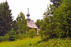 Iglesia de madera ortodoxa de árboles Fotografía de archivo