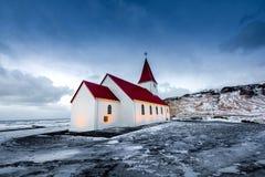 Iglesia de madera roja vieja en Islandia Imagenes de archivo
