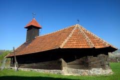 Iglesia de madera vieja del valle de Jiului Imagen de archivo libre de regalías
