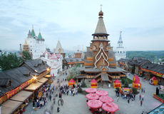 Iglesia de madera vieja en el centro de entretenimiento el Kremlin Imagen de archivo
