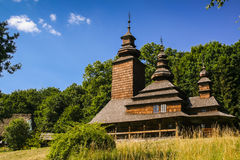 Iglesia de madera vieja en el pueblo Fotos de archivo