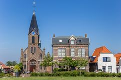 Iglesia de Martín y casas viejas en Oudeschild en la isla de Texel imagen de archivo