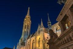 Iglesia de Mat?as en Budapest en la noche foto de archivo libre de regalías