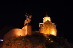 Iglesia de Metekhi en la noche Imagenes de archivo