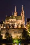Iglesia de monasterio de Basilea sobre el Rin por noche Foto de archivo libre de regalías