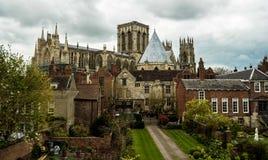 Iglesia de monasterio de York, tomada de las paredes de la ciudad York, Inglaterra foto de archivo libre de regalías