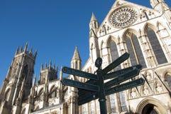 Iglesia de monasterio de York y muestra de la ciudad Fotografía de archivo libre de regalías