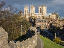 Iglesia de monasterio de York y pared de la ciudad Foto de archivo libre de regalías