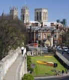 Iglesia de monasterio de York y pared de la ciudad - York - Inglaterra Imagenes de archivo