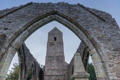 Iglesia de Muthill y torre viejas de la historia Escocia de Jacobite fotografía de archivo