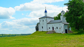 Iglesia de Nikolskaya en el Gorodishe del Truvor cerca de Izborsk fotos de archivo