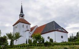 Iglesia de Nordborg con la torre y el jardín En Sonderborg, Als de la isla, Dinamarca del sur imagen de archivo