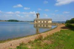 Iglesia de Normanton en el agua de Rutland Fotografía de archivo