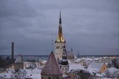 Iglesia de Oliviste en el invierno Tallinn imagenes de archivo