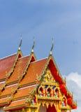Iglesia de oro vieja y cielo azul Fotos de archivo libres de regalías