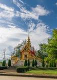 Iglesia de oro vieja y cielo azul Imágenes de archivo libres de regalías