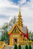 Iglesia de oro vieja y cielo azul Foto de archivo