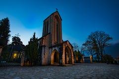 Iglesia de piedra antigua del sapa con el cielo nocturno azul la mayoría del tr popular Fotos de archivo libres de regalías