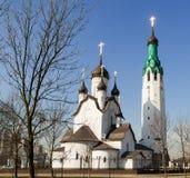 Iglesia de piedra blanca en un día soleado contra una cielo-imagen azul imágenes de archivo libres de regalías
