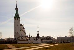 Iglesia de piedra blanca en una día-imagen soleada fotos de archivo