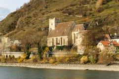 Iglesia de piedra fortificada, San Miguel, al lado del río Danubio en Weiss Imágenes de archivo libres de regalías