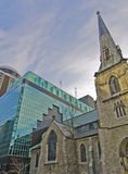 Iglesia de piedra vieja con la nueva adición moderna Fotografía de archivo