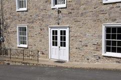 Iglesia de piedra y puertas blancas Foto de archivo libre de regalías