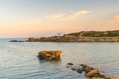 Iglesia de Pirgaki en la isla de Paros en el paisaje de Grecia Imagen de archivo