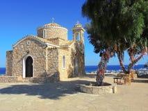 Iglesia de Protaras en un día claro en fondo del cielo azul Imágenes de archivo libres de regalías
