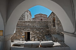 Iglesia de 100 puertas vistas a través de ventana arqueada en Parikia, Paros, Grecia Imagen de archivo