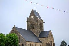 Iglesia de Sainte-Mère-Église, paracaidista de WW2, ejecución en la aguja de la iglesia, Normandía de John Steele imagen de archivo