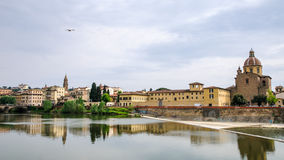 Iglesia de San Frediano y el Arno en Florencia imágenes de archivo libres de regalías