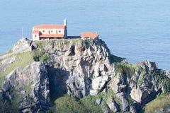 Iglesia de San Juan de Gaztelugatxe encima de una isla fotografía de archivo libre de regalías