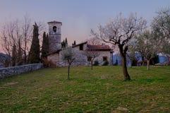 Iglesia de San Micaela en Ome (Brescia) antes del amanecer Imagenes de archivo