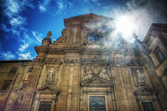 Iglesia de San Micaela y de Cayetano debajo de un sol brillante en Florencia Imagenes de archivo