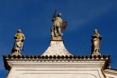 Iglesia de San Nicolás en el pueblo y el castillo de Strassoldo Friuli (Italia) fotos de archivo libres de regalías
