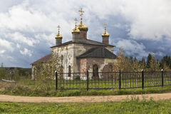 Iglesia de San Nicolás en la media del pueblo Foto de archivo libre de regalías