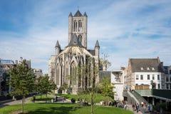 Iglesia de San Nicolás vista de St Bavo Square Fotografía de archivo libre de regalías