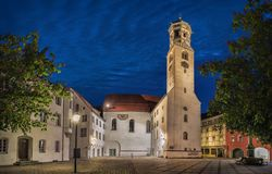 Iglesia de San Pedro y de Paul en la oscuridad en Memmingen Imagen de archivo