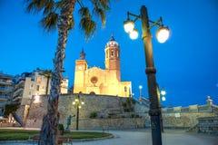 Iglesia de Sant Bertomeu y de Santa Tecla en Sitges por noche Costa Brava, Espa?a Fotos de archivo